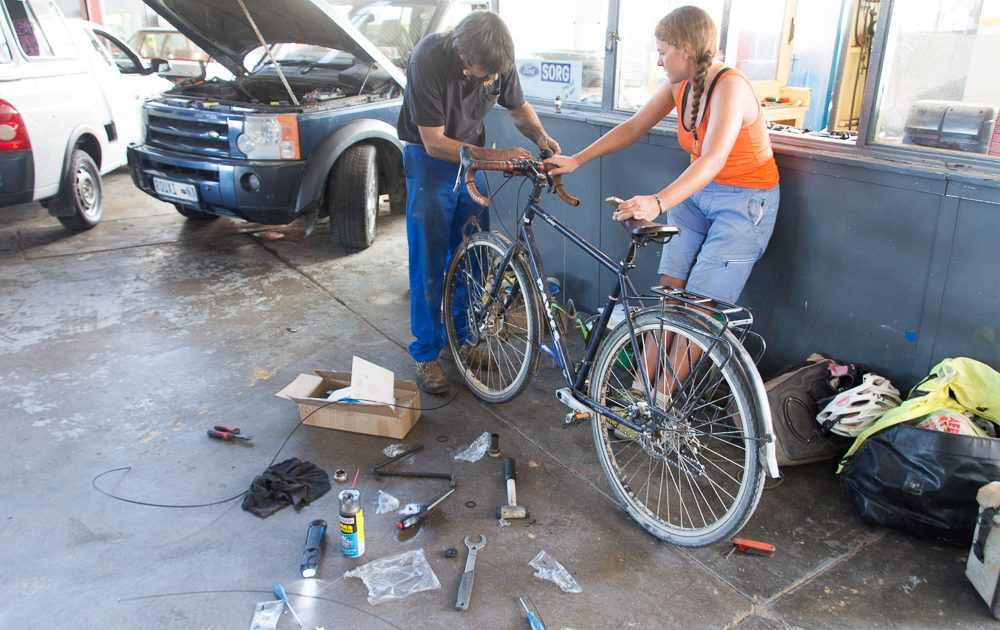 Thanks to the efforts of JP at the UCI, the Namibia Cycling Federation and Mannie's Bike Mecca in Windhoek for sending parts, Louis at LTL Motors in Keetmanshoop helps with the fitting of a new bottom bracket and fixes the gears!